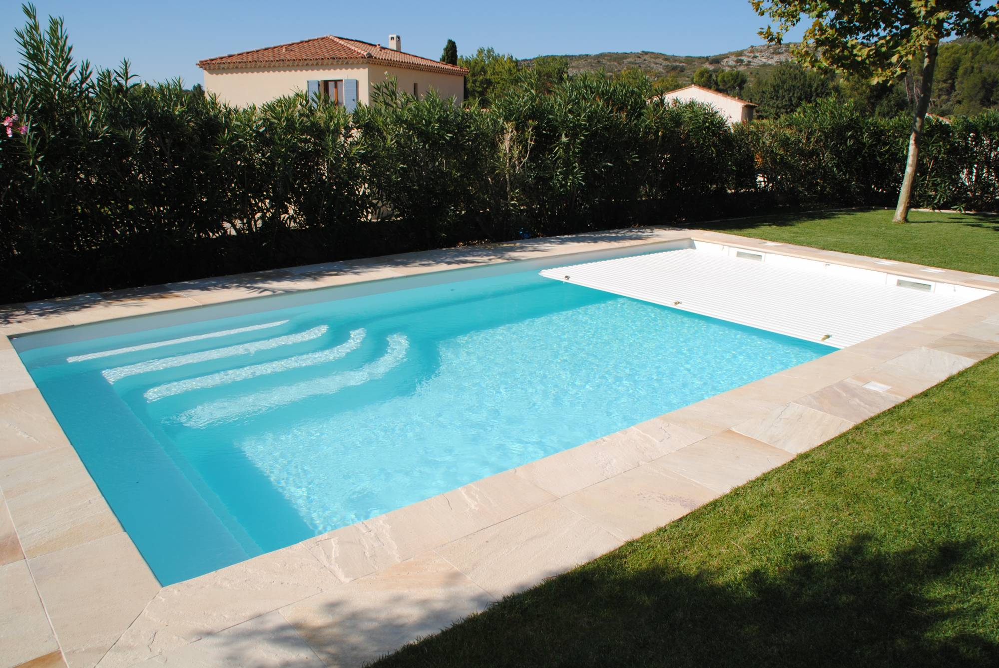 Piscine coque polyester volet immerg marseille france for Piscine coque polyester avec volet immerge