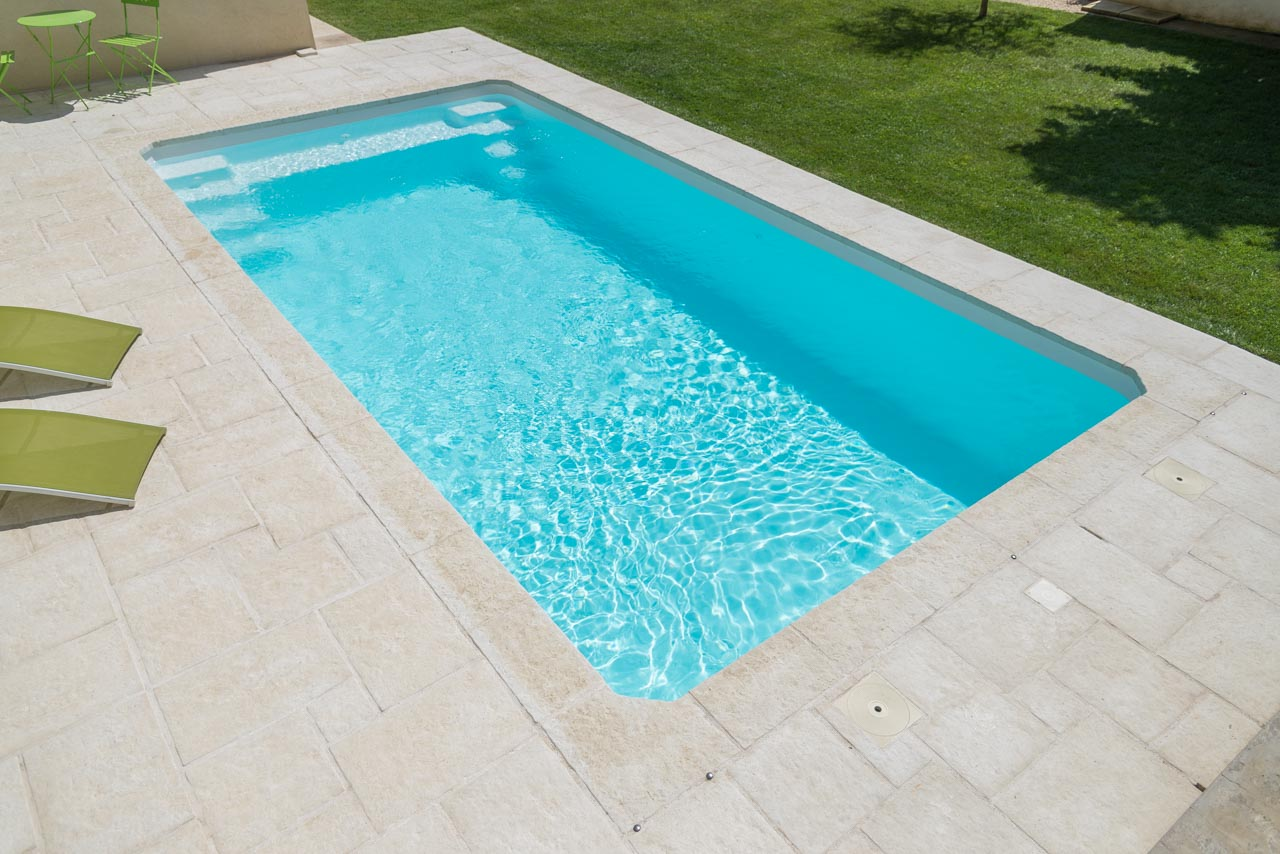 Piscine coque polyester 7x3 grise fond plat avec for Piscine enterree coque