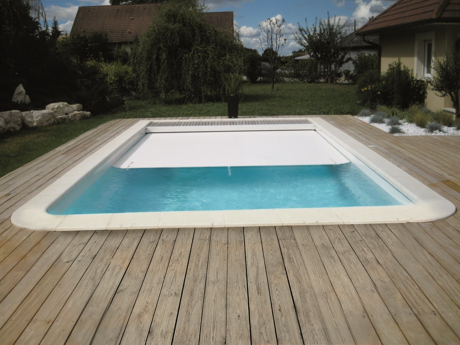 Piscine coque polyester rectangulaire mod le born o avec for Piscine coque volet integre