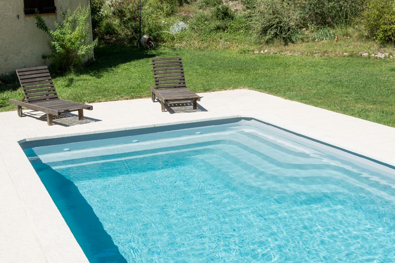 Escalier piscine coque polyester rectangulaire mod le for Piscine monobloc polyester