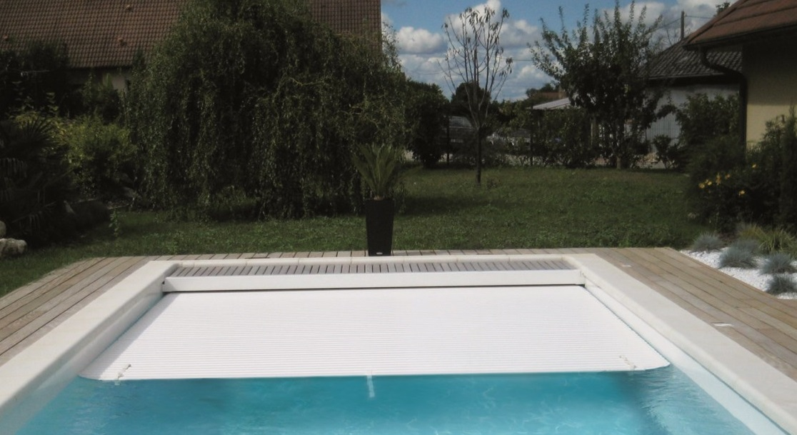 Piscine coque polyester rectangulaire mod le bali avec for Piscine coque volet integre