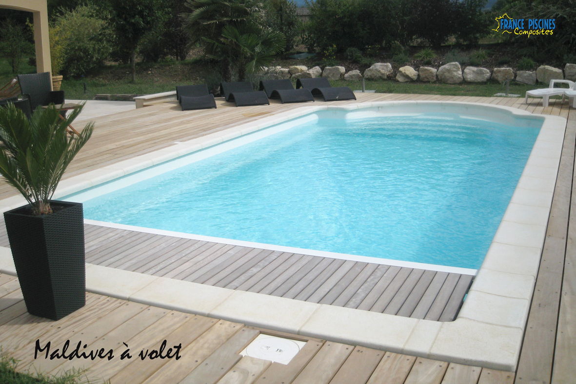 Piscines coque polyester pas chere piscine polyester for Piscine coque volet integre