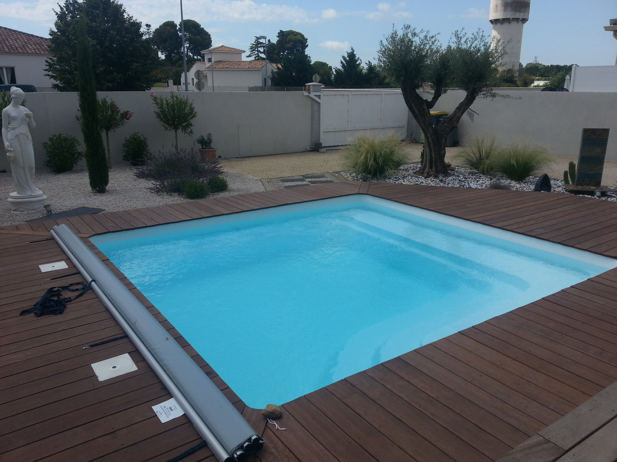 Am nager sa piscine coque polyester piscine polyester for Prix piscine resine enterree