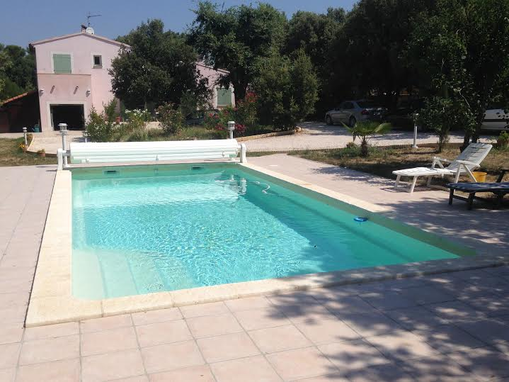 Piscine fran aise coque prix discount nimes france for Prix volet immerge piscine 8x4