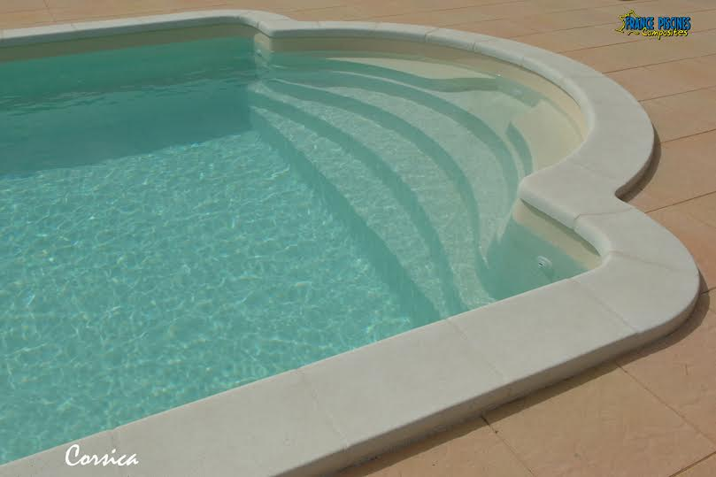 Vente et installation d 39 une piscine coque polyester 10x4 for Piscine provence polyester