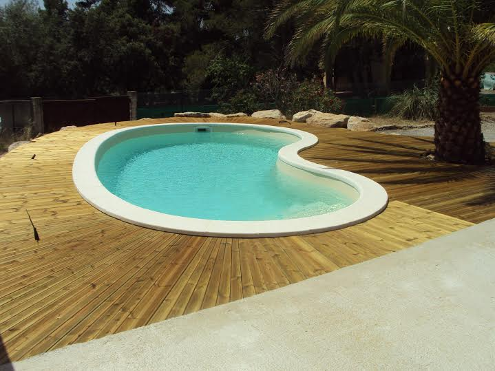 Vente et installation d 39 une piscine coque poyester 8x4 for Piscine nage contre courant