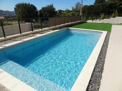 Piscine design avec projecteur led sur nice 06 piscine for Piscine coque polyester avignon